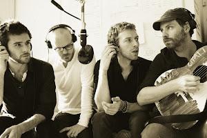 grip olmuş gibi sesiyle şarkı söyleyen Chris Martin ve çok çok çok sevdiğim Coldplay