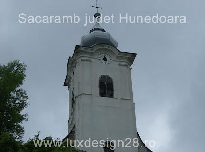 Vedere de aproape a bisericii catolice din satul Sacaramb