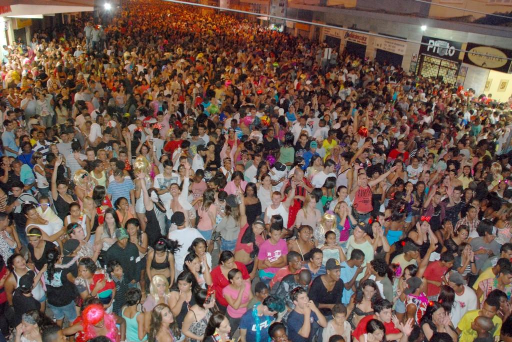 Quinze mil pessoas, aproximadamente, prestigiaram o desfile das fantasias e o show da noite, no Parque Regadas