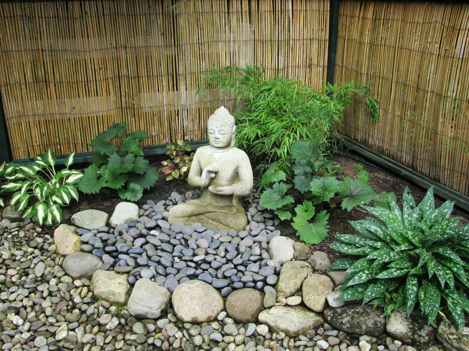My zen garden buddha and the dunce for Statue deco jardin