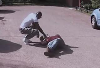 اللاعب ماريو بالوتيللي يساعد شخصاً سقط على الأرض في مواقف السيارات
