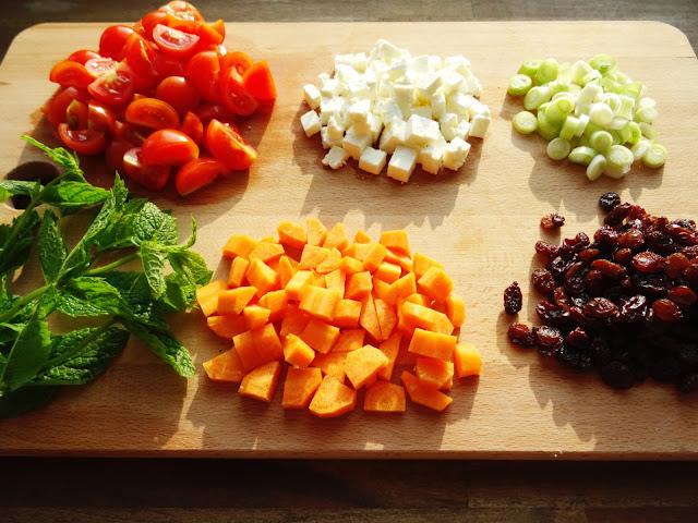 Couscous-Salat mit Mango, Feta, Rosinen und Minze