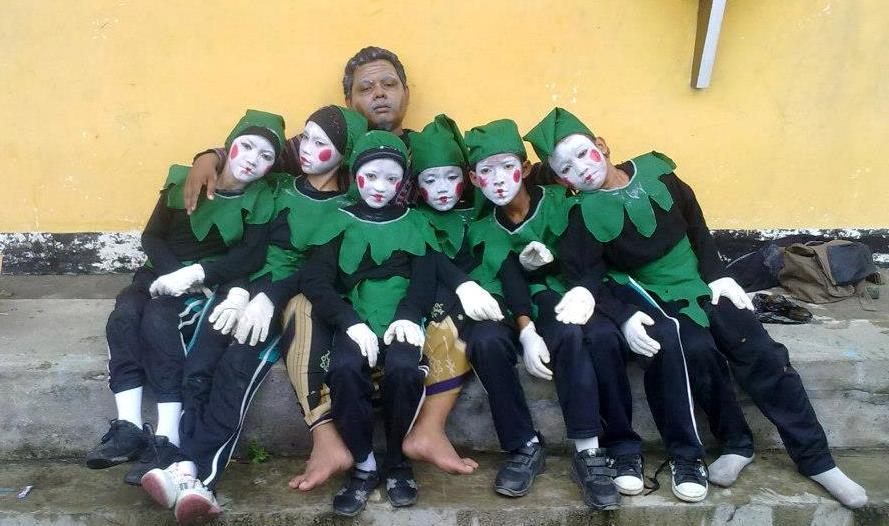 Anggota Teater Awan dan Pembina (Agus Harianto)