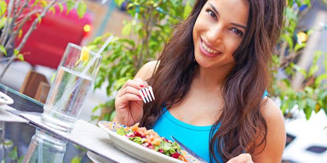 Makan Diselingi Minum Bisa Menyebabkan Penyakit Lho!