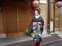 置屋「中支志」で襟替えが行われ、主役、小芳(こよし)さんは満面の笑みを浮かべていた。