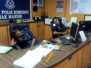 Thumbnail image for (Gambar) Dua Anggota Polis Tidur Semasa Bertugas Ditukar 24 Jam