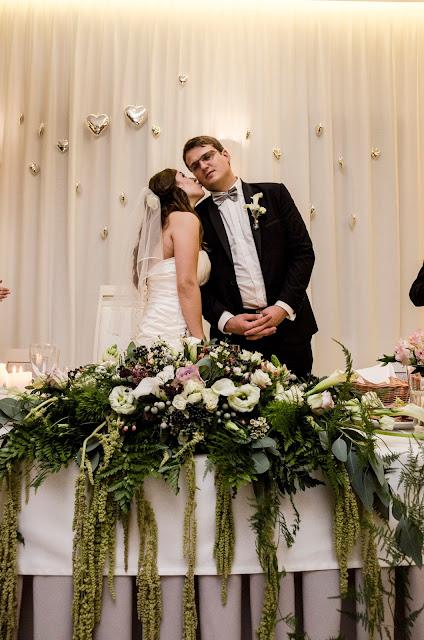 Kwiaty na stoły weselne z szarymi akcentami.