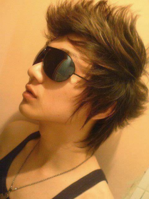 Rambut seperti ini cocok untuk cowok dengan tipe cuek. Terkesan cool