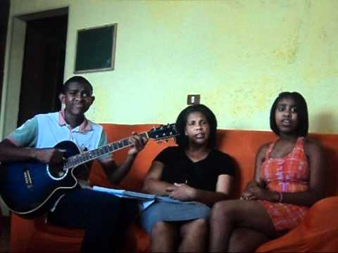 trio cantando para nossa alegria