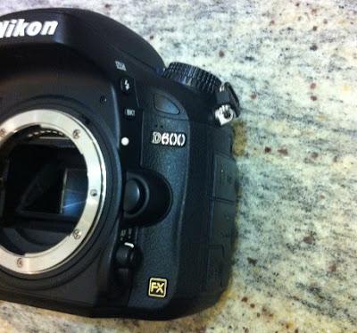 Fotografia dell'innesto dell'ottica sulla Nikon D600 di fronte