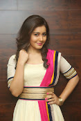Gorgeous Heroine Raashi kanna photos-thumbnail-12
