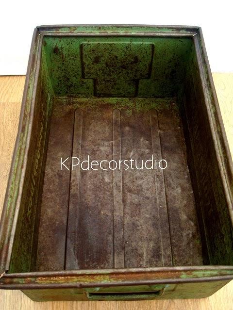 Cajas de metal antiguas como revisteros. Caja industrial y cajones industriales metálicos color verde