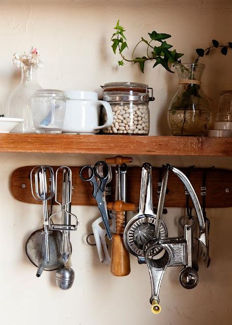 altes Küchenwerkzeug dekorativ in der Küche gehängt