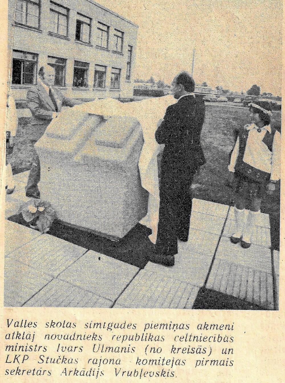 Valles skolas piemiņas akmens atklāšana 25. maijā 1979. gadā