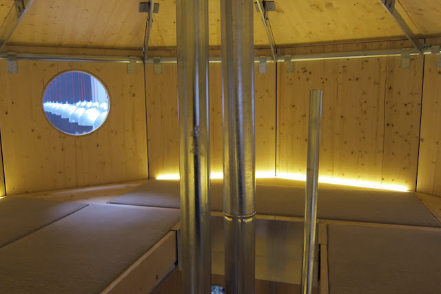 Obere Bett-Etage: Refuge Tonneau von Charlotte Perriand im Nachbau von Cassina