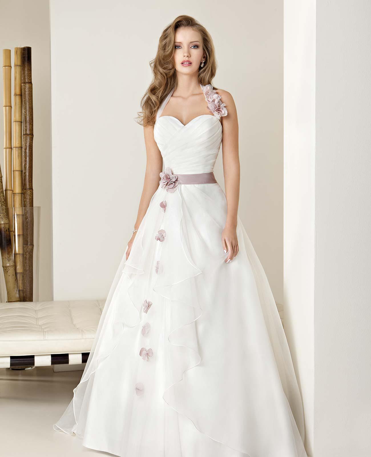 Suknia śłubna z różowym pasem