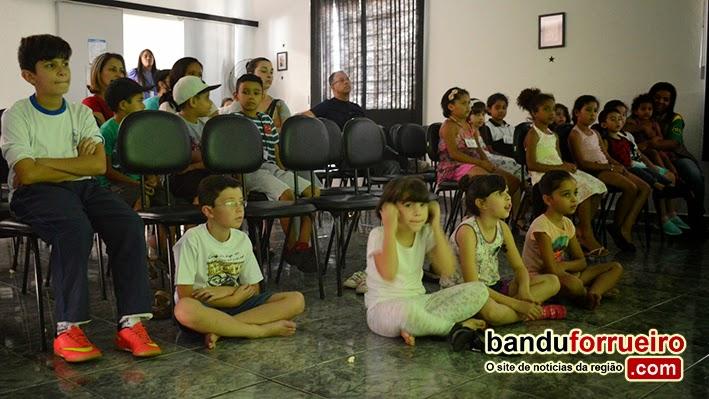 Alunos da ELM participam de sessão de cinema