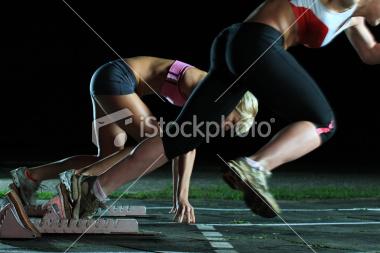 Noies corredores esprinters fent una sortida