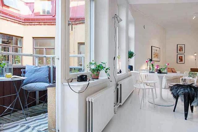 Widok na salon i część urokliwego balkonu
