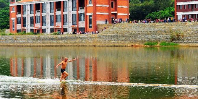 Shi Liliang Berlari di atas Air