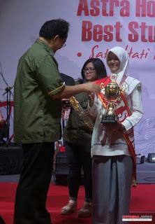 Good Jobs.. Siswi Asal Aceh Ini Jadi Pelajar Terbaik Berkat Minyak Jahe Di Acara Best of The Best Astra Honda Motor Best Student 2015