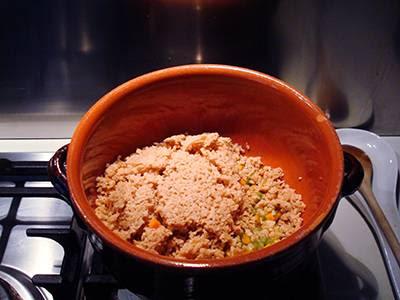 Ragù di soia: unire al soffritto i fiocchi di soia