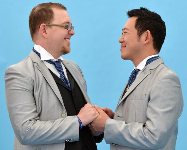 Casal posa para foto de casamento durante a parada em Tóquio (Foto: AFP PHOTO / Yoshikazu TSUNO)