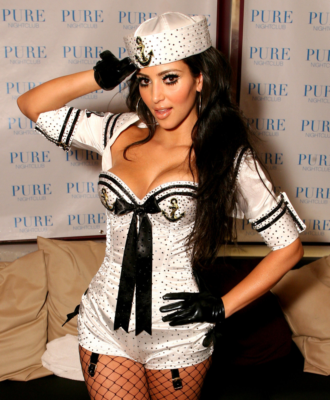 http://3.bp.blogspot.com/-7K7qUPq4iU8/TVauV7xrXpI/AAAAAAAABdA/_SWqOJ_zYbs/s1600/kim+kardashian+tape+5.jpg