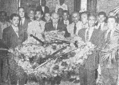 دکتر مصدق در حال اهدای گل بر مزار شهدای ۳۰ تیر