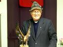 Padre Rossi con l 'aquila che ha donato al gruppo