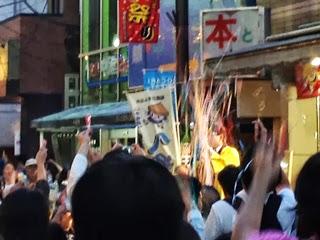 クラッカーが一斉に鳴らされる式典の写真