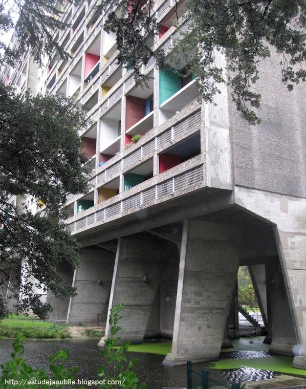 Rezé - La Maison Radieuse, Cité radieuse ou La Maison familiale.   Architecte: Le Corbusier  Construction de 1953 à 1955.      Deuxième des quatre unités d'habitation construites en France avec Marseille, Briey et Firminy.