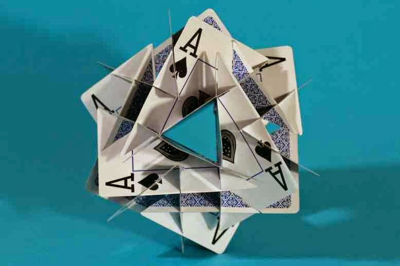 14 tuneli w tym 6 kwadratowych i 8 trójkątnych prowadzących do środka sześcianu foremnego zbudowanego z kart, George Hart
