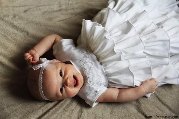 Une jolie robe de baptême longue bébé fille