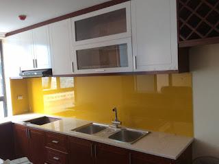 Kính màu ốp bếp là gì