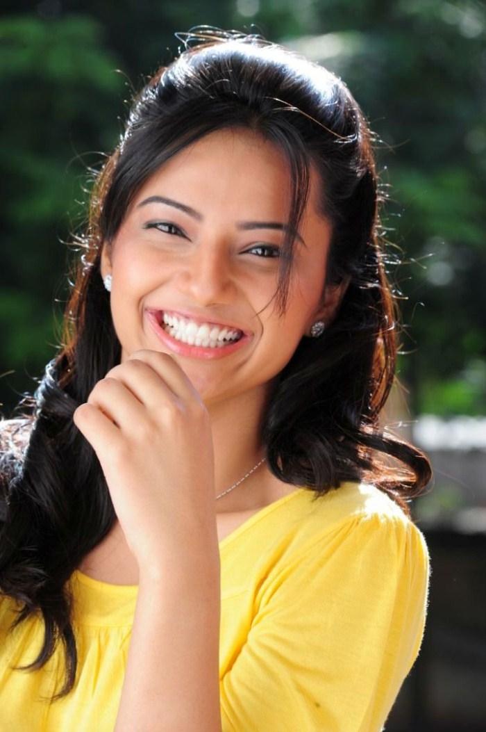 Aishwarya rai boobs cleavage show in guru song - 1 1