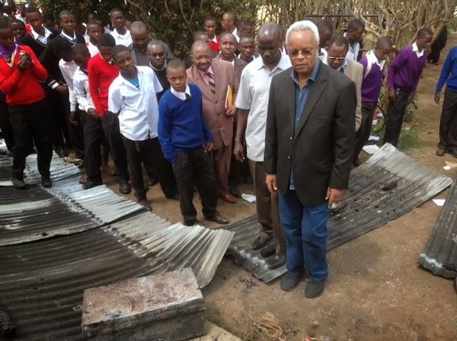 wa Monduli Mh Edward Lowassa akipata maelezo kutoka kwa afisa elimu