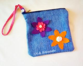 bolsa reciclada com jeans usado e flores de tecido