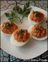 http://czerrrwonaporzeczka.blogspot.com/2015/04/jajka-faszerowane-suszonymi-pomidorami.html