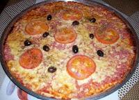 Bela pizza de liquidificador montada
