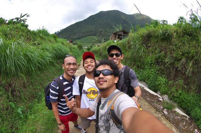 Selfie dulu sebelum naik Gunung Andong