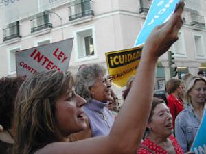 MANIFESTACIÓ AL CONGRÉS PER ACONSEGUIR LA LLEI INTEGRAL CONTRA  LA VIOLÈNCIA DE GÈNERE