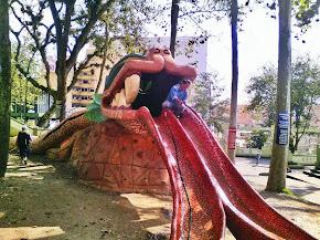 Ayuntamiento da mantenimiento a escultura de Quetzalcóatl en parque Juárez