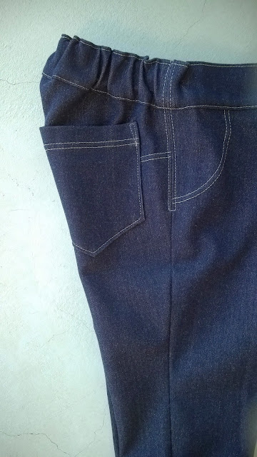 Tricot jeans babybroekje detail zijaanzicht