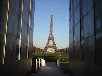 Fond d'écran Mars 2012 - Vue sur la tour Eiffel depuis le Mur pour la Paix (photo fév. 2012)