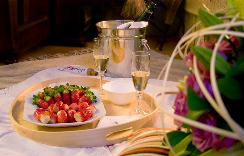 Picnic romántico junto a la chimenea_ fresas con nata4