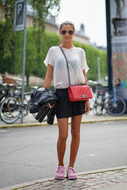 Looks estilo minimalista e descontraído, saia e sweatshirt blusão de pele