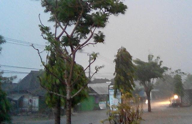Hujan Deras Disertai Angin Kencang