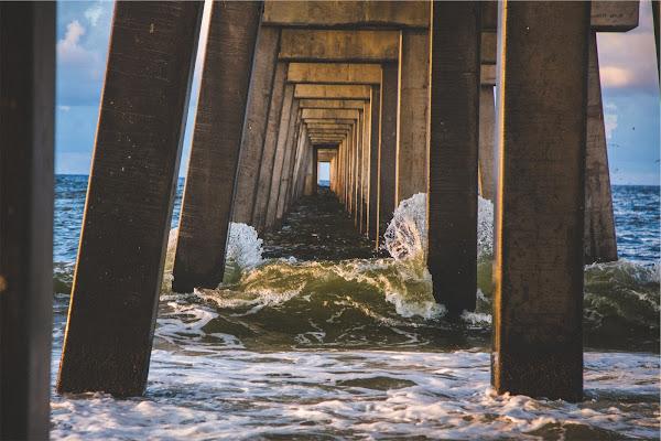 Wzburzone fale uderzające o most