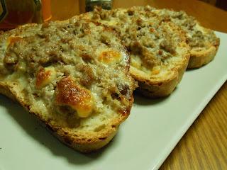 Crostoni con salsiccia e stracchino